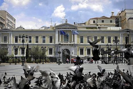 Kyyhkysparvi Kreikan valtionpankin rakennuksen edustalla Ateenassa.