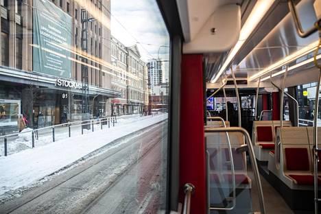 Tampereen ratikassa on suuret ikkunat, joita reunustavat sanajonot.