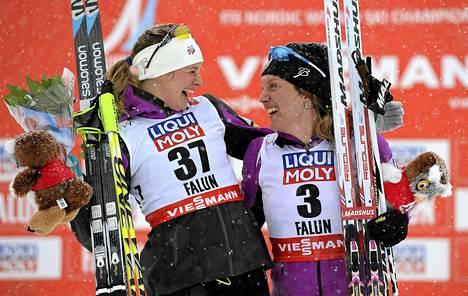 Yhdysvaltain Jessica Diggins (vas) ja Caitlin Gregg iloitsivat mitaleistaan.