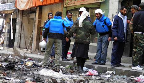 YK:n työntekijät tapasivat paikallisia asukkaita Homsissa lauantaina.