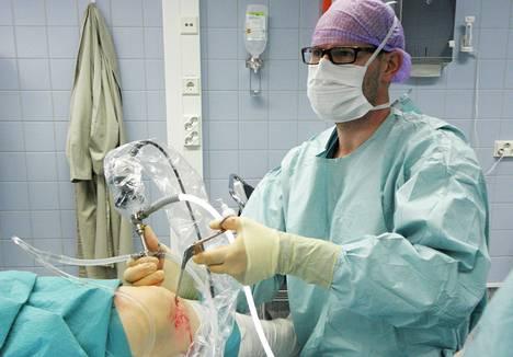 Erikoislääkäri Raine Sihvonen suorittamassa polven tähystysleikkausta Hatanpään sairaalassa.