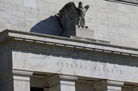 Arvopapereita ostamalla keskuspankki lisää rahan tarjontaa. Kun Yhdysvaltain keskuspankki ostaa pankeilta ja rahoitusalan yhtiöiltä arvopapereita, ne saavat keskuspankkirahaa, jota ne voivat lainata yrityksille ja kotitalouksille.