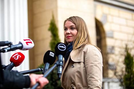 Katri Kulmunia haastateltiin koronarajoituksista huhtikuun lopussa. Kulmuni sai viestintätoimisto Tekiriltä valmennusta esiintymiseen ja haastatteluihin.