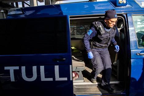 Marjuli Talsi hoitaa rahtilaivojen rajamuodollisuuksia satamassa ja tarvittaessa myöntää viisumin.