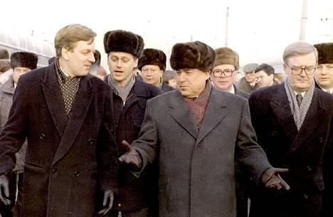 Arto Mansala (oik.) oli suurlähettiläänä vuonna 1995, kun pääministeri Esko Aho saapui viralliselle vierailulle Moskovaan. Vastassa oli myös pääministeri Viktor Tšernomyrdin.