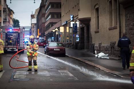 Helsingin Lönnrotinkadulla ajettiin perjantaina ihmisten päälle. Poliisin mukaan ihmisten yli ajettiin kuvassa olevalla punaisella Jaguarilla.