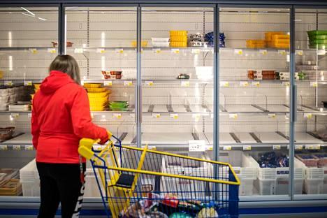 Mäntyharjun marketeissa näkyy vajautta etenkin broilerhyllyillä ja vessapaperihyllyillä. Kuva Mäntyharjun S-marketista.