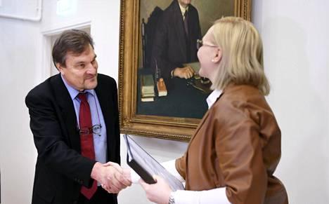 Kimmo Kiljunen luovutti Senioriliikkeen edellisen, 84000 allekirjoitusta keränneen kansalaisaloitteen eduskunnan puhemiehelle Maria Lohelalle joulukuussa 2016.