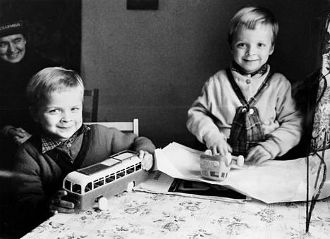 """""""Erkin ja Pentin suut menivät messingille, kun he avasivat slummisisar Erika Mangelsdorfin tuomat lelupaketit"""", HS uutisoi jouluna 1962. Slummisisar oli englannista käännetty termi sosiaalityötä Pelastusarmeijassa tekeville naisille. Joulupatakeräyksen tarkoituksena oli antaa vähävaraisille perheille ja yksinäisille jouluiloa ruoka- ja lahjapakettien muodossa."""