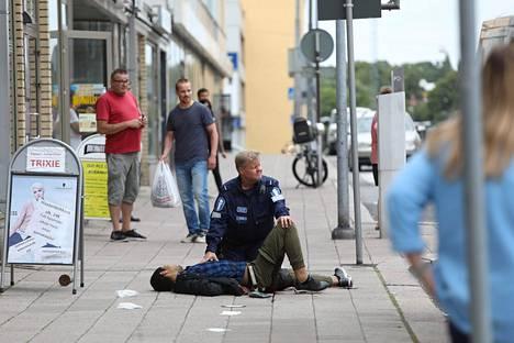 Poliisi taltutti Turun puukottajan ampumalla häntä reiteen.