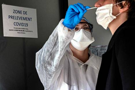 Potilaalta otetaan näyte koronavirustestiä varten Ranskassa. Ranskan hallitus on sulkenut maan koronaviruksen taltuttamiseksi.