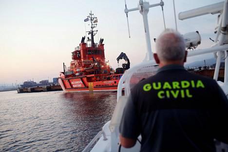 YK arvioi, että ihmissalakuljetus on siirtynyt Välimerellä Marokko–Espanja-reitille EU:n Sofia-operaation vuoksi. Kuvassa espanjalaispoliisi ja alus, joka miehistö pelasti siirtolaisia kumiveneestä Gibraltarin lähellä.