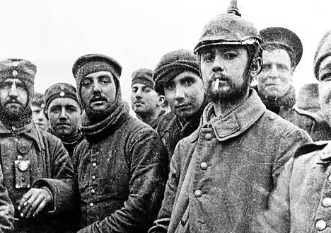 Brittiläiset ja saksalaiset sotilaat ei-kenenkään-maalla jossakin länsirintamalla jouluna 1914.