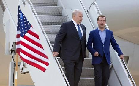 Venäjän Yhdysvaltain-suurlähettiläs Sergei Kisljak (vas.) kuvattuna toukokuussa 2012, kun hän osallistui Camp Davidin G8-kokoukseen yhdessä pääministeri Dmitri Medvedevin kanssa.