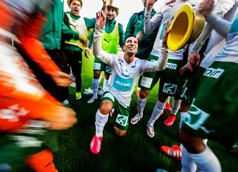 Diego Assis (kesk.) johti IFK Mariehamnin juhlia Suomen cupin finaalissa.