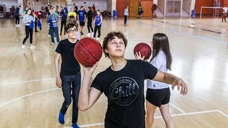 Kahdeksasluokkalaiselle Onni Jokiselle syksyllä suoritetusta Move-kuntotestistä oli jäänyt mieleen se, että testissä kilpaillaan vain omaa itseä vastaan.