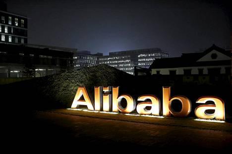 Internetkauppa Alibaban logo yhtiön pääkonttorin katolla Hangzhoussa Kiinassa vuosi sitten.