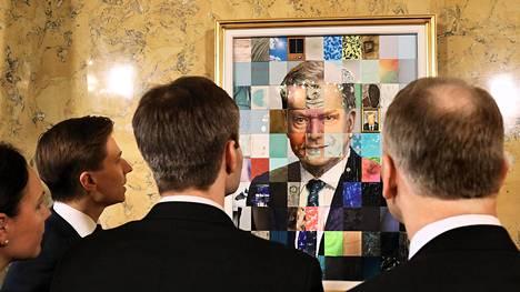 Suomen hallitukset ministerit tarkastelivat Sauli Niinistön muotokuvaa kuvan julkistamistilaisuudessa Valtioneuvoston linnassa toukokuussa 2018.