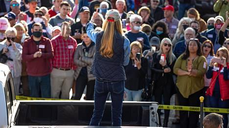 Republikaanien kannattajat kuuntelivat senaattoriehdokas Kelly Loeffleria Georgian Cummingsissa.