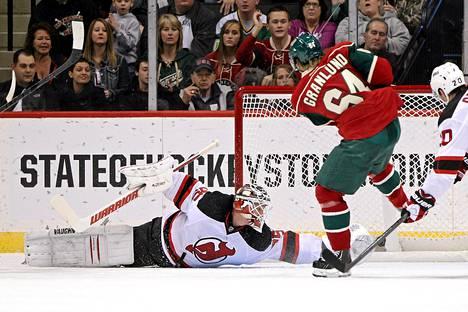 Mikael Granlund iskee kauden avausmaalinsa New Jersey Devilsin verkkoon.