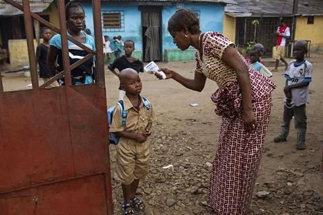 Guineassa on tavattu ebolaa ensi kertaa sitten vuoden 2016. Kuvassa mitataan koulupojalta ruumiinlämpöä Guinean pääkaupungissa Conakryssa vuonna 2015.