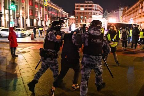 Poliisit ottivat kiinni miehen Moskovan keskustassa varhain keskiviikkon aamuyöllä, kun ihmiset osoittivat mieltään oppositiojohtaja Aleksei Navalnyin kohtelua vastaan.