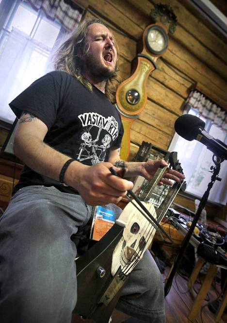 Jouhikkotaiteilija Pekko Käppi esitti Kaustisella vanhoja punk-hittejä.