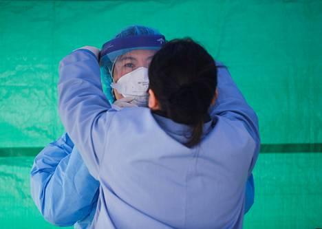 Terveydenhoitaja Phuong Tran sai suojavarusteet ennen työvuoron alkua koronatestauksessa Seattlessa torstaina.