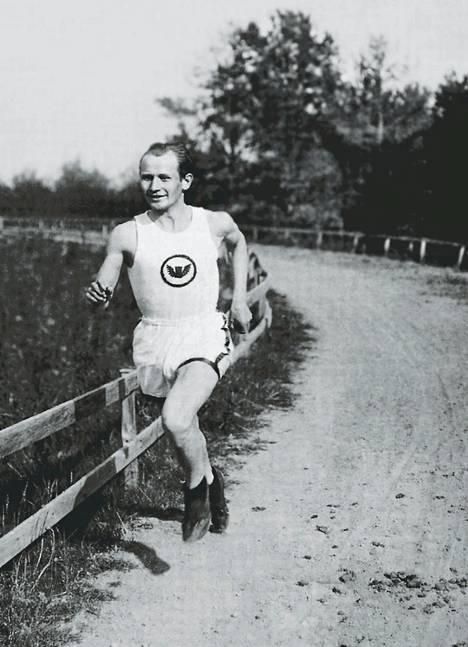Hannes Kolehmainen harjoittelemassa vuonna 1914. Kuva Ossi Viidan kirjasta Hymyilevä Hannes.