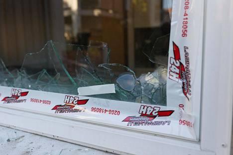 Asunnon rikkoutunut ikkuna.