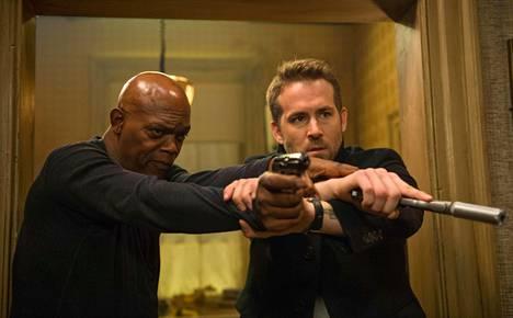 Samuel L. Jackson ja Ryan Reynolds The Hitman's Bodyguardissa.