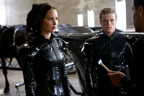 Katniss Everdeen (Jennifer Lawrence) ja Peeta Mellark (Josh Hutcherson) ovat 12. vyöhykkeen kilpailijat eli tribuutit Nälkäpeli-sarjassa.
