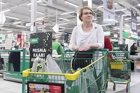 """Nurmijärvellä asuva Marianne Turunen viimeisteli joululahjaostoksensa Kannelmäen Prismassa perjantaina 15. joulukuuta. Kyseessä oli Turusen palkkapäivä. """"Rakastan ruokaa. Palkkapäivä näkyy kulutuksessani niin, että silloin tulee ostettua helpommin herkkuja"""", Turunen sanoo."""