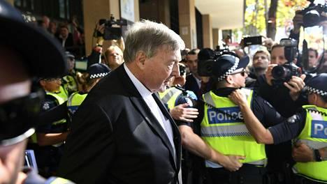 Vatikaanin talousjohtaja ja kardinaali George Pell poistui oikeusistunnosta Melbournessa toukokuussa 2018.