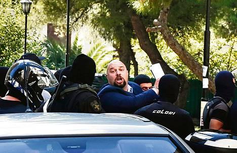 """""""Tämä satu ei lopu koskaan"""", kansanedustaja Ilias Panagiotaros huusi kannattajilleen Ateenassa tiistaina."""