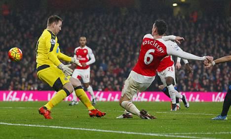 Laurent Koscielny ohitti Robet Elliotin ja takasi Arsenalille voiton.