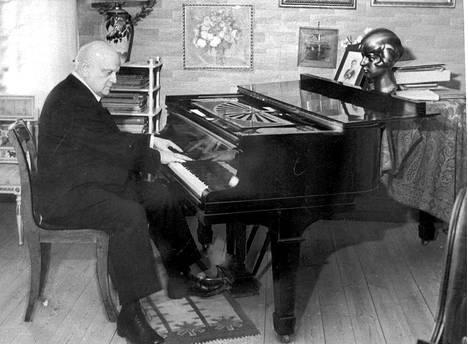 Jean Sibelius flyygelinsä ääressä Ainolassa.