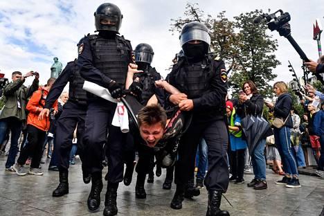 Poliisi on ottanut satoja kiinni Moskovassa loppukesän aikana. Kuvassa mielenosoittajaa kannetaan 3. elokuuta.
