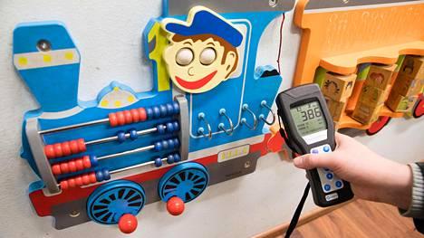 Lasten leikkihuoneessa sijaitsevan lelujunan antama luku oli 386.