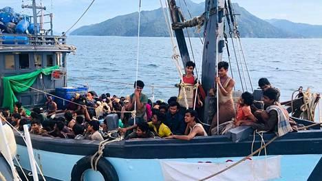 Malesian viranomaiset julkaisivat kuvan rohingya-pakolaisia Langkawin lähistöllä kuljettaneesta aluksesta 5. huhtikuuta.