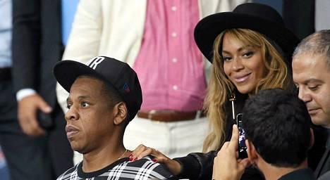 Beyoncé ja aviomies Jay-Z PSG–-Barcelona -jalkapallo-ottelussa 30.9.2014.