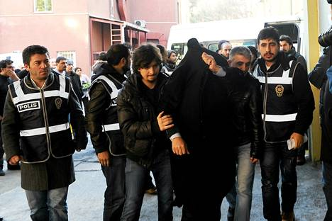 Korruptioepäilyjen vuoksi pidätettyjä vietiin terveystarkastukseen Istanbulissa keskiviikkona. Tiistaina Turkissa pidätettiin korruptiosta epäiltyinä ainakin 52 ihmistä, joiden joukossa on muun muassa kolmen ministerin pojat.
