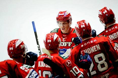 HIFK:n Jere Sallinen sai onnittelut vaihtopenkiltä 2–1-osumansa jälkeen. Tehot 2+1 kerännyt Sallinen teki HIFK:n kaksi viimeistä maalia, kun joukkue kaatoi Pelicansin 3–1.