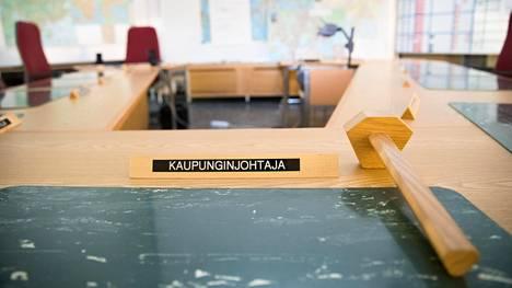 Kaupunginjohtajalle on varattu paikka kriisinjohtokeskuksessa. Nykyään Helsinkiä johtaa pormestari.