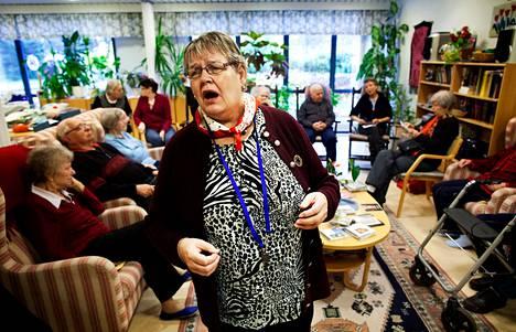 """""""Niin paljon kuuluu rakkauteen"""", lauloi Helena Hytönen Pentti Hietasen tahdissa Havurastissa Vantaan Havukoskella. Havurasti järjestää päivätoimintaa etenkin yksinäisille ja mielenterveysongelmista kärsiville vanhuksille. Keskiviikkona ohjelmassa oli vapaaehtoisen vetämä Musiikin iloa -hetki. Musiikin lisäksi Havurastin palveluihin kuuluu muun muassa vertaistukiryhmä päihdeongelmaisille vanhuksille."""