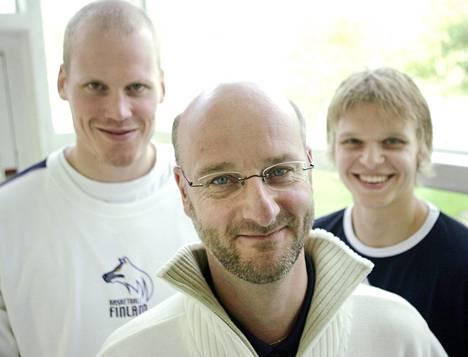 Susijengin päävalmentaja Henrik Dettmann (kesk. ) sekä pelaajat Jukka Matinen (vas. ) ja Teemu Rannikko kertoivat EM-karsinnoista koripallomaajoukkueen infossa vuonna 2004.