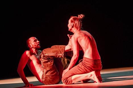 Sanna Kekäläisen (oik.) teoksessa If I Would Lose My Voice esiintyvät hänen lisäkseen Janne Marja-aho (kuvassa) ja Andrius Katinas.