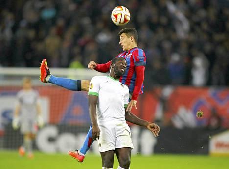 Rio Aven Esmael Goncalves(edessä)haastoi Steua Bukarestin Andrei Prepelitan Eurooppa-liigan ottelussa lokakuussa Bukarestissa.