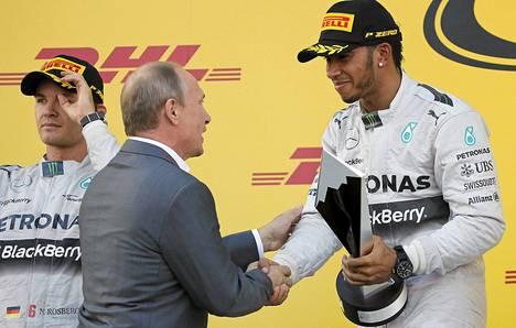 Sotsin GP:n voittanut Lewis Hamilton sai palkintokorokkeella lämpimät onnittelut presidentti Vladimir Putinilta.