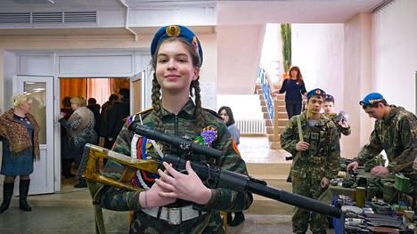 Maša on 16-vuotias Putinin soturi.